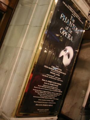 攝於二零零六年初冬倫敦 Her Majesty's Theatre 門外